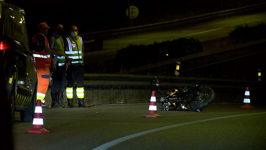Mota ficou tombada na via após acidente