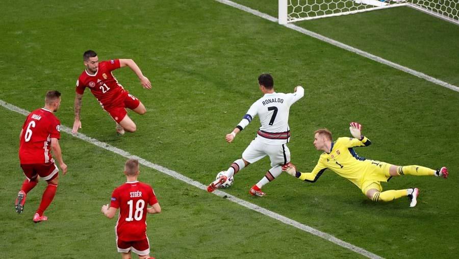 Cristiano Ronaldo finta o guarda-redes da Hungria, Gulacsi, e faz o terceiro golo de Portugal, no Puskas Arena, em Budapeste