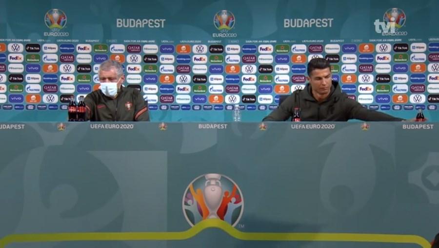 "Cristiano Ronaldo desviou as garrafas de refrigerante durante a conferência de imprensa por só beber ""água"""