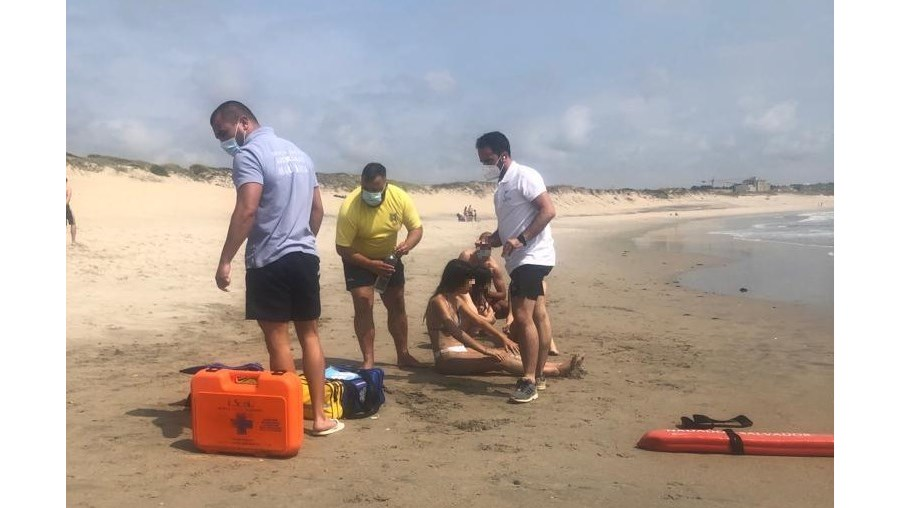 Jovens resgatadas do mar na praia da Azurara