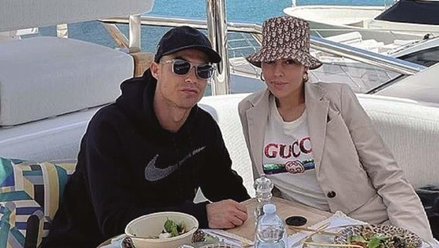 Cristiano e Georgina recentemente com uma coca-cola à mesa