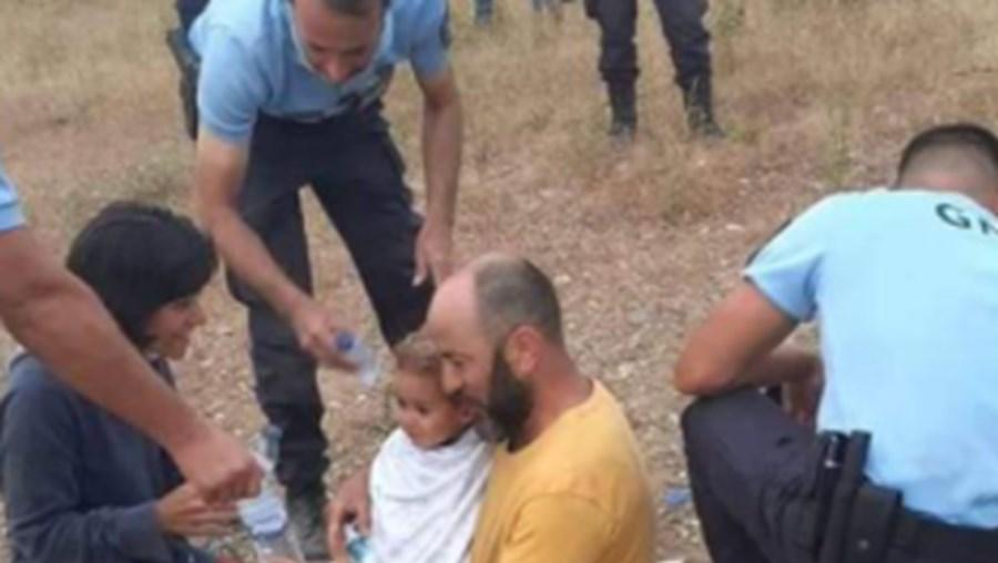 Foto mostra o momento em que Noah é encontrado no mato em Proença-a-Velha