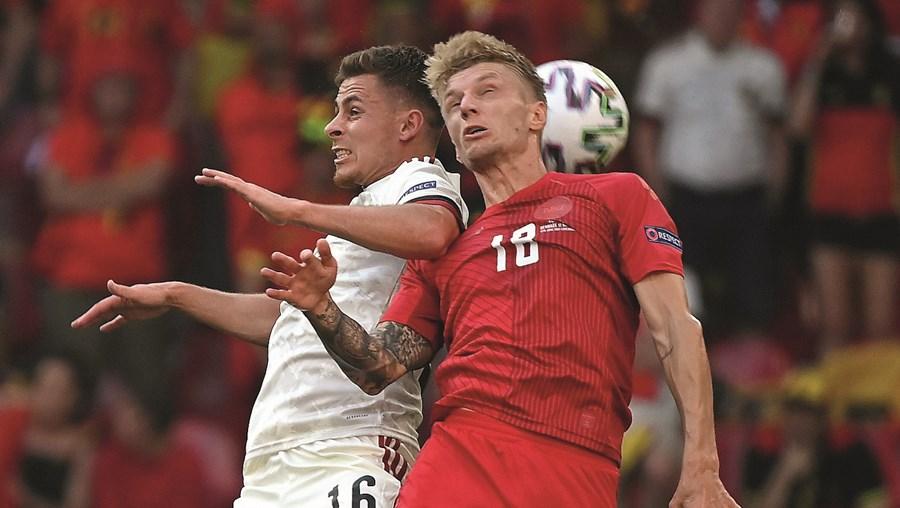 Daniel Wass, à direita, em ação no jogo Dinamarca-Bélgica (1-2)