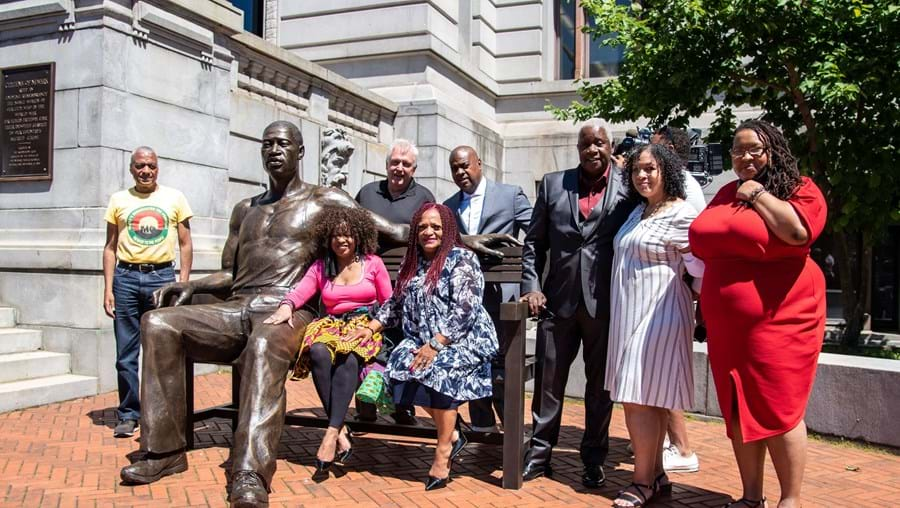 Estátua de George Floyd inaugurada em New Jersey pesa mais de 300 quilos