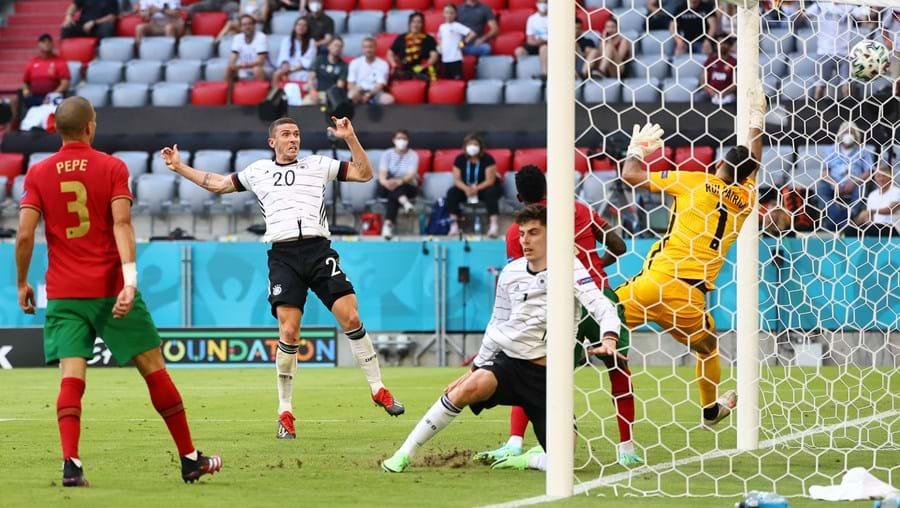 Gosens (número 20) marca o quarto golo da Alemanha. Defesa germânico foi um quebra-cabeças para Portugal