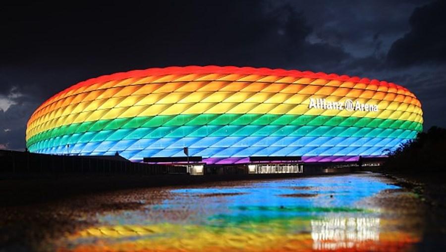 Allianz Arena, em Munique, pintada com as cores do arco-irís