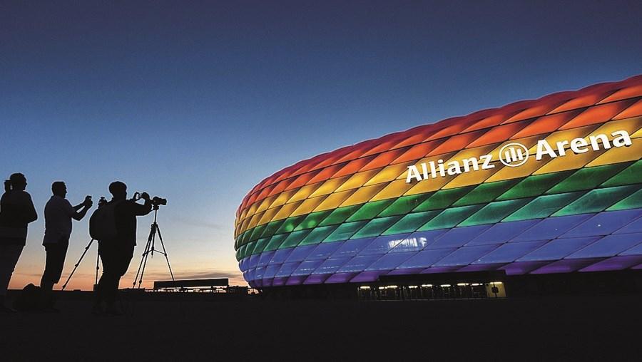 """decisão. a uefa não autorizou que a allianz arena, em munique, se iluminasse com as cores do arco-íris por se considerar uma organização """"neutra"""". iniciativa visava apoiar a comunidade lgbt na Hungria."""