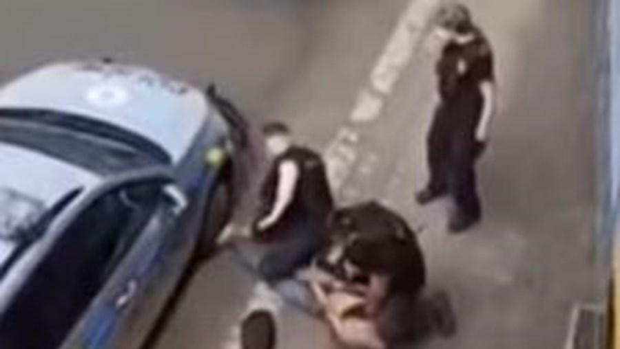 Detenção violenta na República Checa acaba em morte de homem