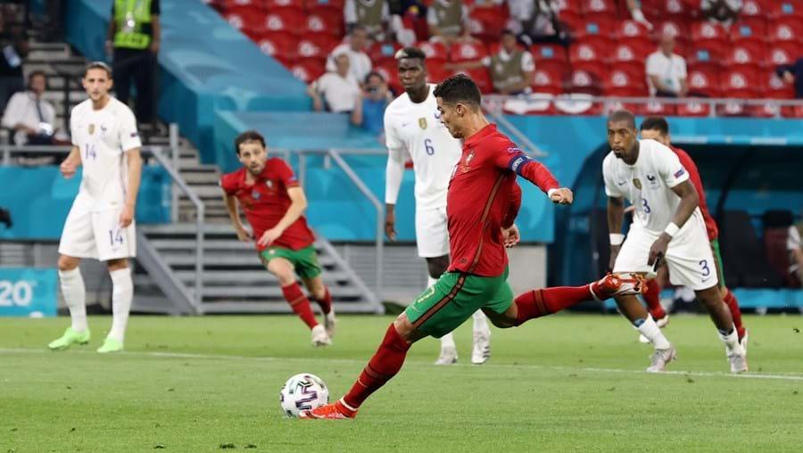 Cristiano Ronaldo bisou da marca de penálti. É o melhor marcador deste Euro, com 5 golos, e o melhor marcador histórico de Mundiais e Europeus, com um total de 21 golos