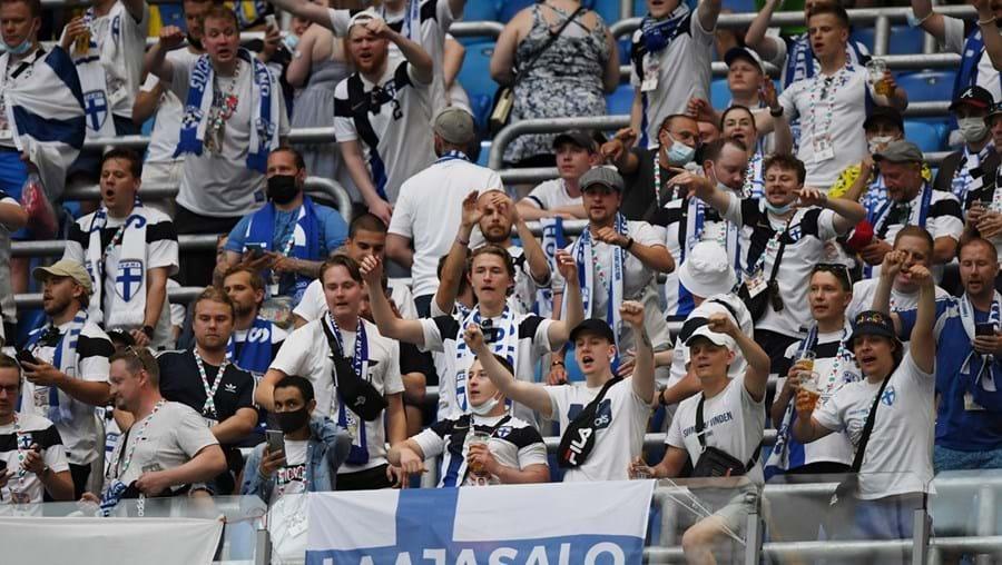 Adeptos finlandeses foram testados no regresso de São Petersburgo (Rússia), depois do jogo com a Bélgica