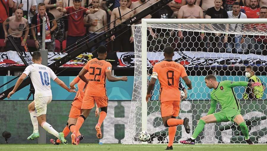 Patrik Schick (nº 10) já rematou e a bola só vai parar no fundo da baliza holandesa. Foi assim o 2-0 para os checos