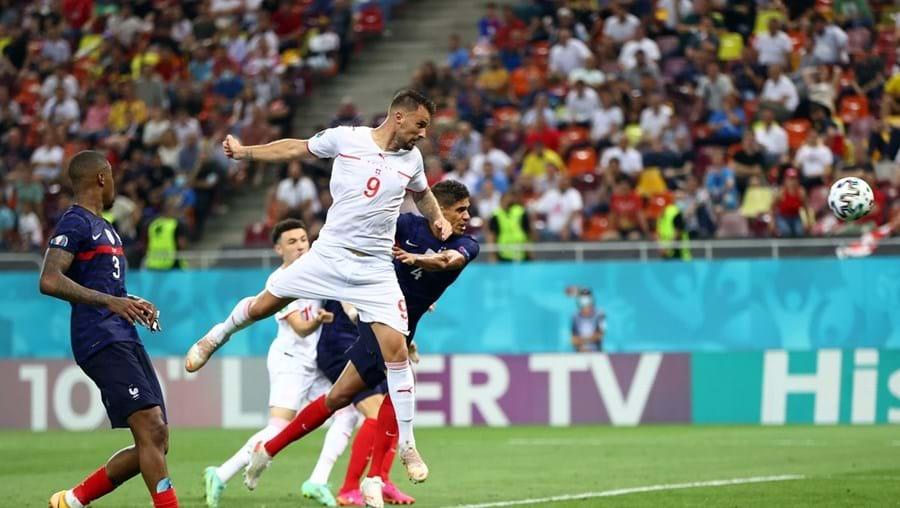 Haris Seferovic marcou dois golos de cabeça frente à França, nos oitavos de final do Euro 2020