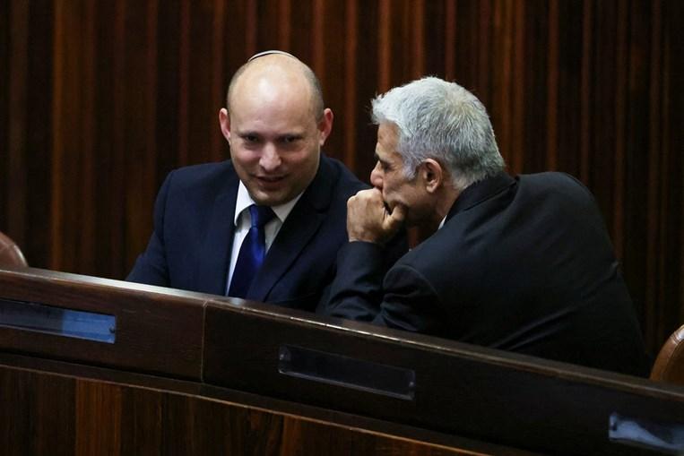 Naftali Bennett (esqª) será primeiro-ministro nos próximos dois anos, passando depois o cargo a Yair Lapid (dirª)