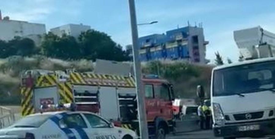Dois feridos em colisão de carros e despiste contra poste em Lisboa