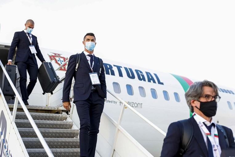 Ronaldo à saída do avião com Pepe