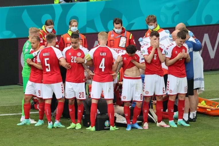 Eriksen cai inanimado no relvado durante jogo do Euro
