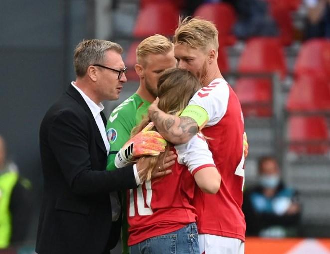 Sabrina é confortada pelos colegas de Eriksen