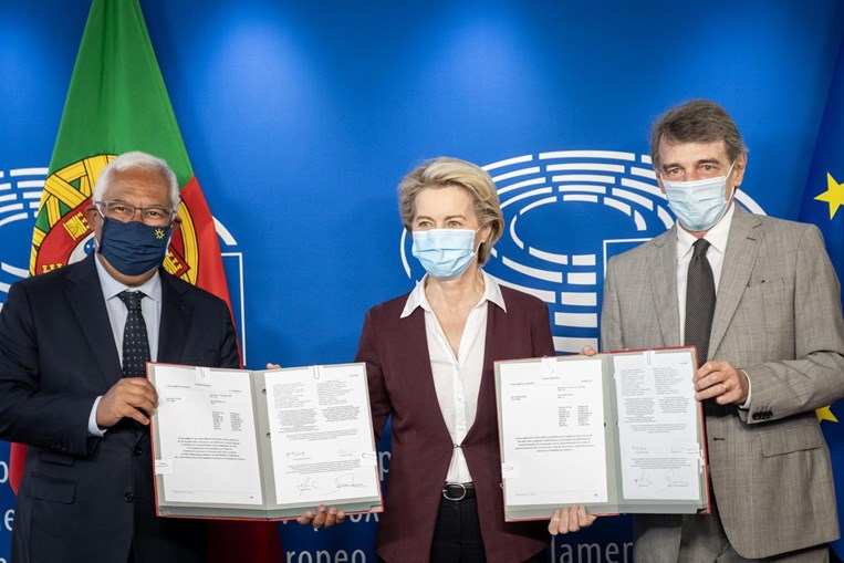 António Costa assina documento que oficializa certificado digital da Covid