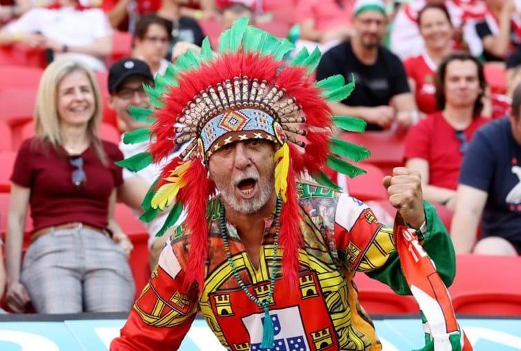 Bandeira lusa 'engolida' pela multidão húngara mas bem presente na estreia do Euro2020
