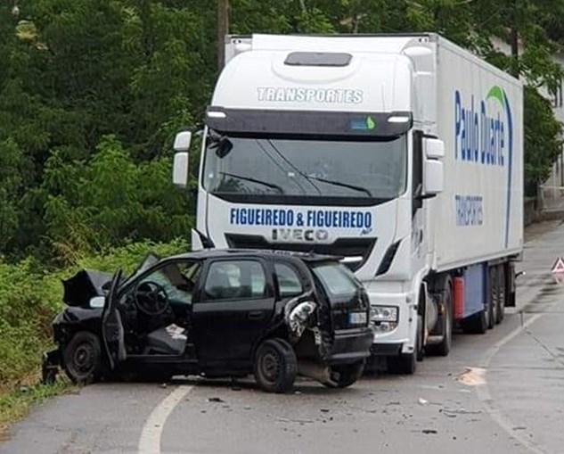 Violenta colisão entre carro e camião em Oliveira de Azeméis