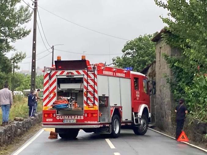 Colisão entre carros faz dois feridos em Guimarães