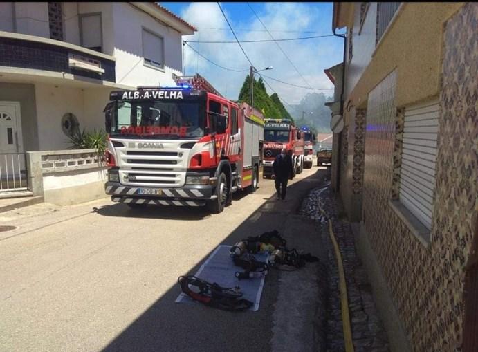 Incêndio destrói casa em Albergaria-a-Velha