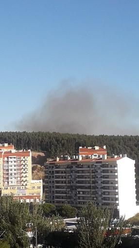Um meio aéreo e mais de 30 bombeiros combatem incêndio em ...