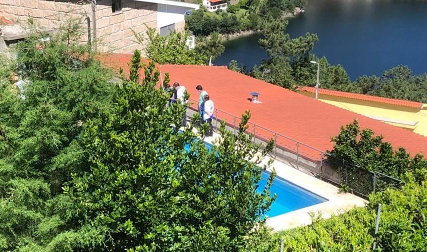 Mulher encontrada morta em piscina de alojamento local em Vieira do Minho