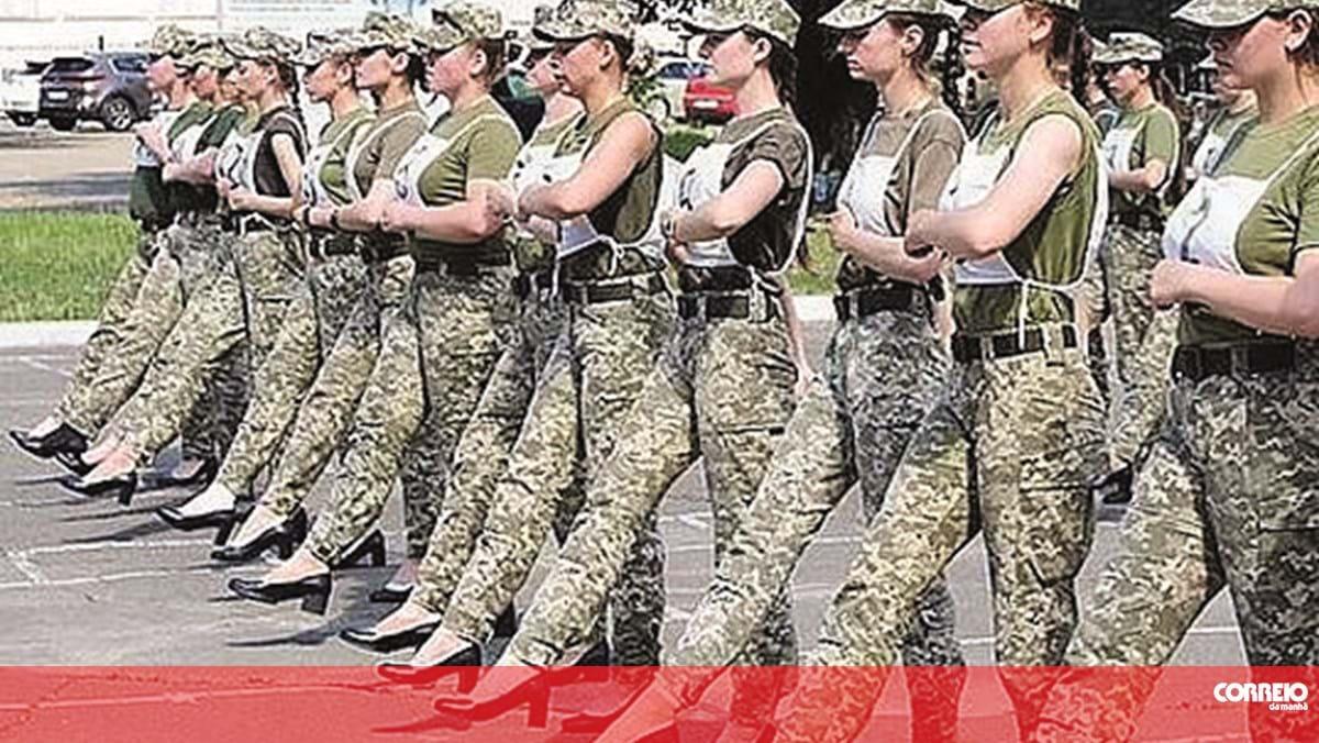 Desfile militar em salto alto lança polémica na Ucrânia