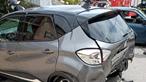 Carro colide contra viaturas estacionadas e provoca um ferido grave