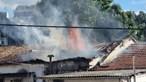 Incêndio atinge três habitações e desaloja uma dezena de pessoas em Guimarães