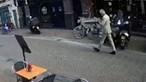 Imagens de videovigilância mostram momento que antecedeu ataque a tiro a jornalista em Amesterdão