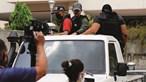 Homens encapuzados e armados tentam deter Guaidó