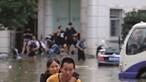 Passageiros presos no Metro inundado na China