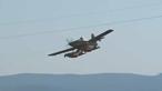 Três aviões no combate a incêndio em zona de eucaliptal em Sousel