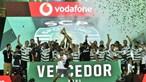 Sporting ergue o troféu e faz a festa após conquista da Supertaça