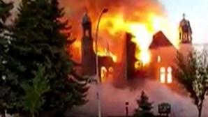 Pelo menos seis igrejas incendiadas no Canadá após descoberta de mil sepulturas de crianças indígenas
