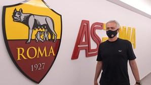 José Mourinho recebido por centenas de adeptos na chegada a Roma