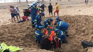 Jovem cava buraco na areia e acaba preso depois de desabamento