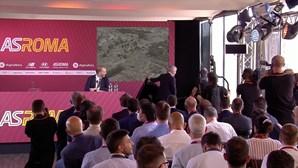 Barulho durante a conferência de imprensa? Mourinho levanta-se para resolver problema