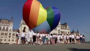 Ativistas manifestam-se à porta do parlamento húngaro contra lei anti-LGBTI