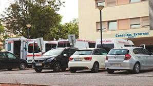 Doentes esperam atendimento e testes à Covid-19 dentro de ambulâncias no Algarve