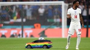 Carro com as cores LGBT entrega bola da final do Euro 2020