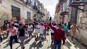 Milhares de cubanos manifestam-se em protesto contra o governo