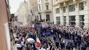 Campeões italianos surpreendem adeptos com passeio de autocarro no centro de Roma