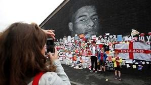Adeptos ingleses saem em defesa de Rashford e criam mural de homenagem ao jogador