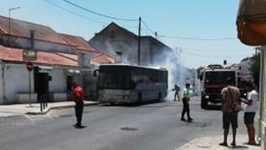 Incêndio destrói autocarro em Sesimbra
