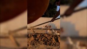 Homem filma-se a vandalizar campa da própria filha por não aceitar fim de relacionamento