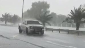 Dubai cria chuva 'artificial' para combater onda de calor de 50 graus