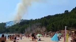 Meio aéreo combate incêndio em zona de mato junto a praia em Setúbal
